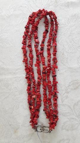 Colar em coral vermelho