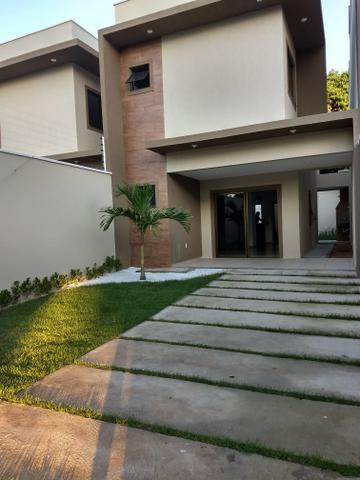 Maravilhosa casa duplex, rua larga e familiar, com uma PRACINHA na frente