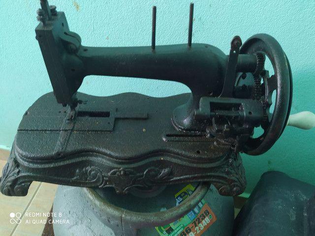 Máquina de costura PATA DE LEÃO. (RELÍQUIA)