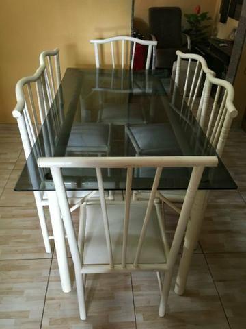 Mesa com um conjunto de 6 cadeiras