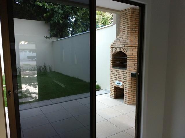 Maravilhosa casa duplex, rua larga e familiar, com uma PRACINHA na frente - Foto 14