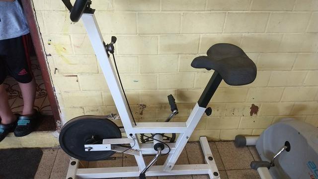 Bicicleta ergométrica e um aparelho act! home fitness caloi