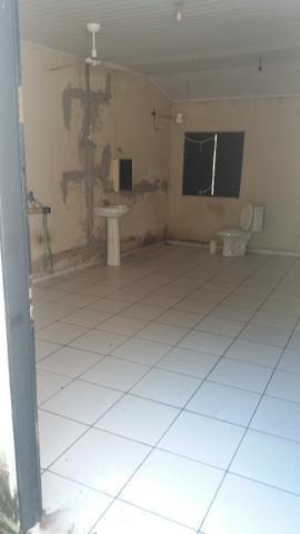 Alugo quarto com banheiro, pia pra lavar lousa,