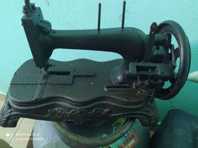 Máquina de costura PATA DE LEÃO. (RELÍQUIA) - Foto 2