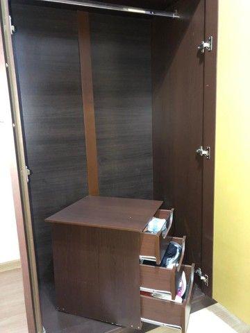 guarda roupas cor Tabaco, ótimo estado, duas portas, com maleiro, gaveteiro interno - Foto 4