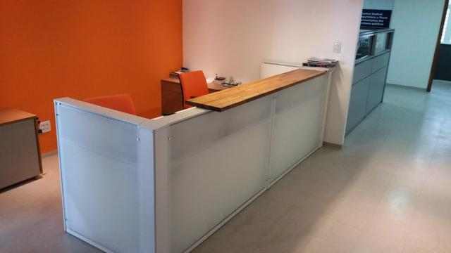 Mesas e baias modernas para escritórios com tomadas marelli