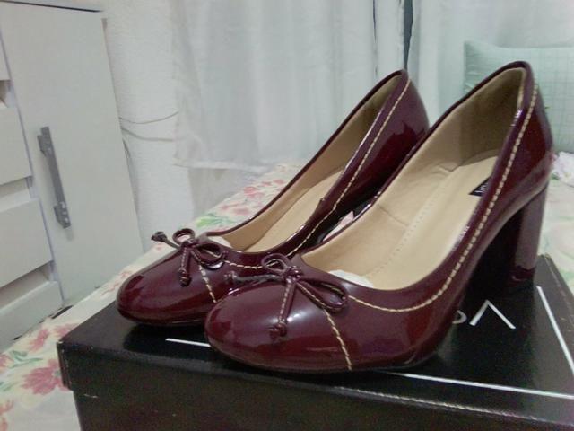 Sapato alto vinho