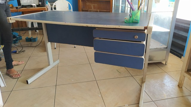 Mesa escritório com gaveta