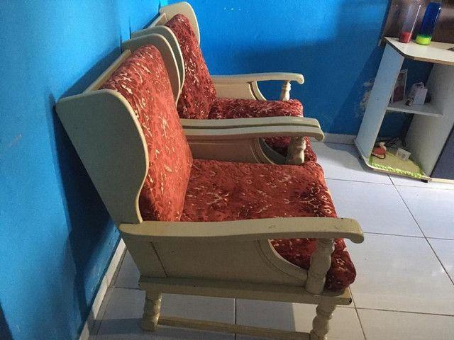 Sofá de 4 lugares e duas poltronas, muito bom e antigo - Foto 6