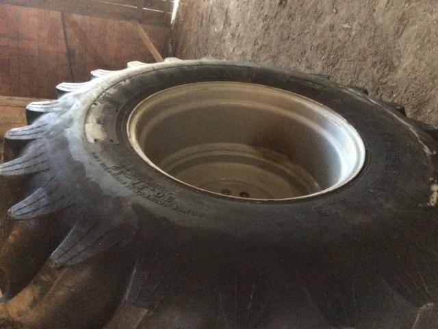 Pneu 30.5 r-32 com roda para colhedeira MF em otimo estado - Foto 3