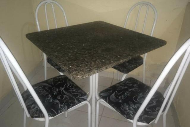 Mesa com pedra de mármore com 4 mês de uso