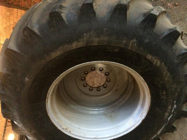 Pneu 30.5 r-32 com roda para colhedeira MF em otimo estado - Foto 2