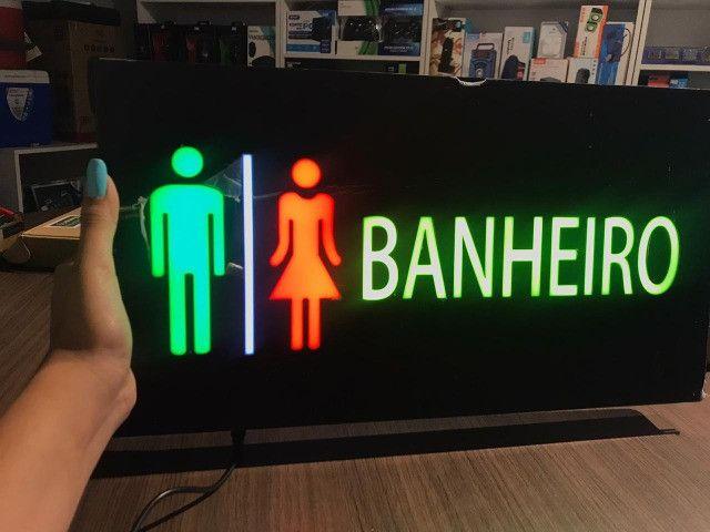 Painel de led que pisca de banheiro e de proibido fumar