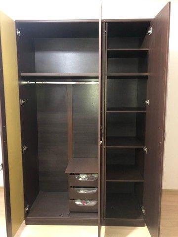 guarda roupas cor Tabaco, ótimo estado, duas portas, com maleiro, gaveteiro interno - Foto 2