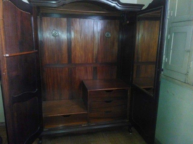 Guarda-roupa antigo de madeira - Foto 3