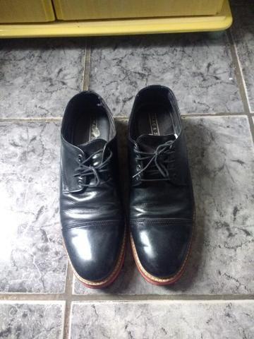 Sapato de couro. preto com detalhes em voltas de vermelho n / 42,43