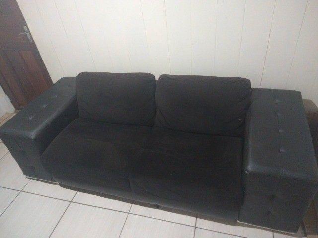 Sofá 2 lugares assento tecido e laterais em courino