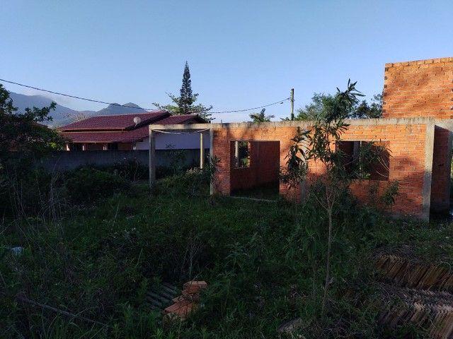 Vendo terreno com casa em obras em Garopaba - Foto 2