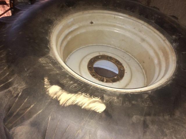 Pneu 30.5 r-32 com roda para colhedeira MF em otimo estado - Foto 6