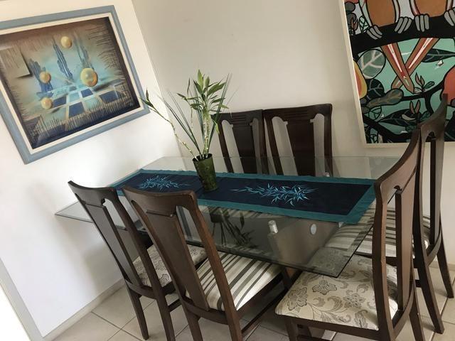 Mesa com 6 cadeiras de madeira com tampo de vidro bisotado
