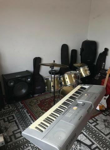 Sala de musica com aparelhos para alugar
