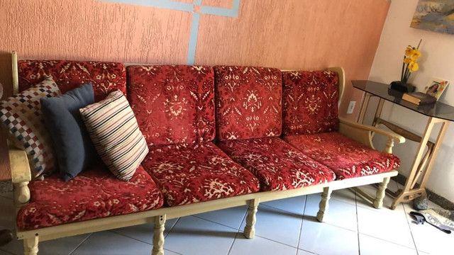 Sofá de 4 lugares e duas poltronas, muito bom e antigo - Foto 2