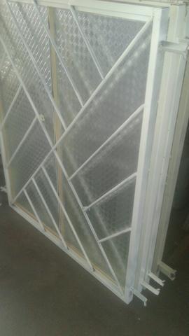 Temos portas e janelas novas completas!