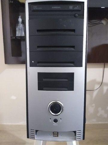 Computador funcionando com tela,mouse e teclado