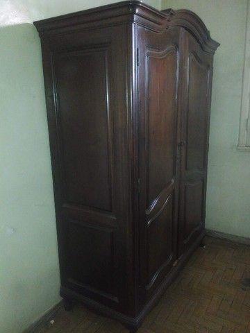 Guarda-roupa antigo de madeira - Foto 2