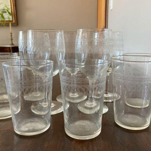 Conjunto de taças e copos de cristal