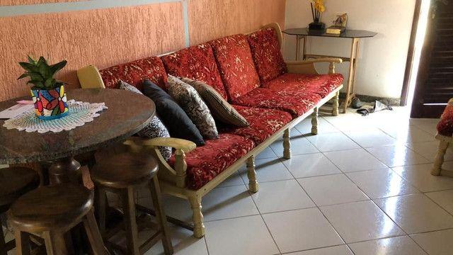 Sofá de 4 lugares e duas poltronas, muito bom e antigo - Foto 4