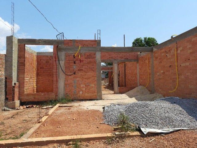 Casa em alvenaria está em fase de construção.