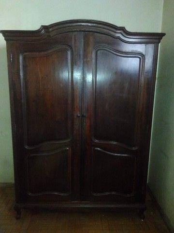 Guarda-roupa antigo de madeira