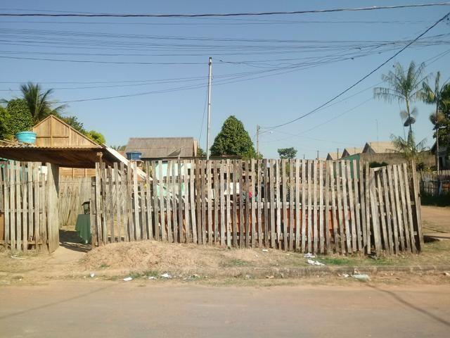 terreno medimdo 10 25 com casa de madeira 6 6 2 quartos. sala conzinha
