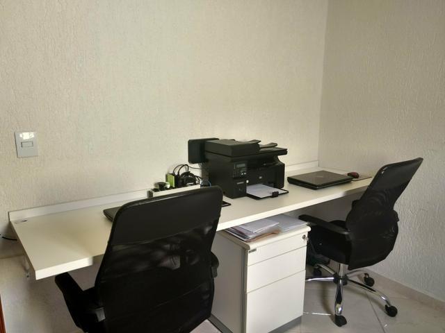 Bancada de trabalho MDF branco + cadeiras de escritório+ móvel arquivo