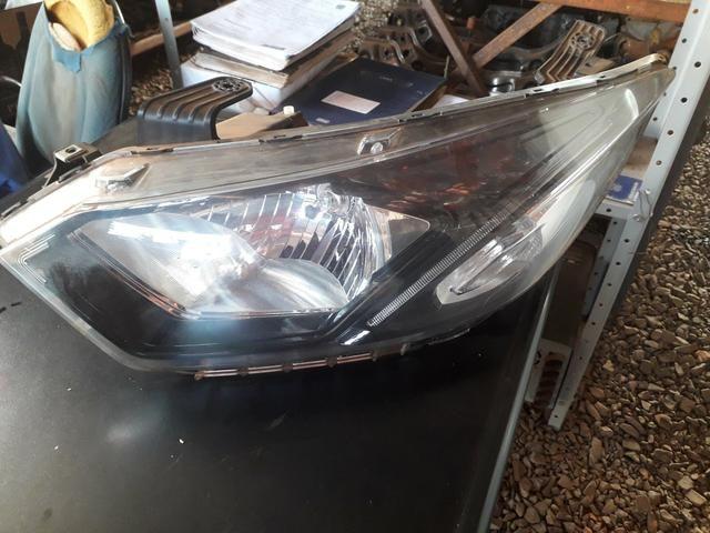 Farol dianteiro esquerdo c led Onix Prisma máscara negra usado original