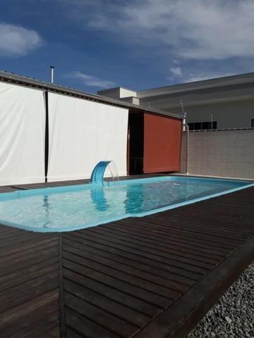 Terreno com área de festa com piscina