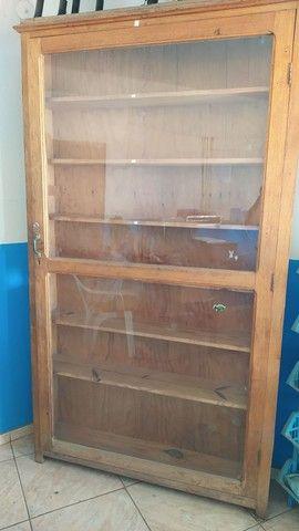 Vitrine de vidro e madeira