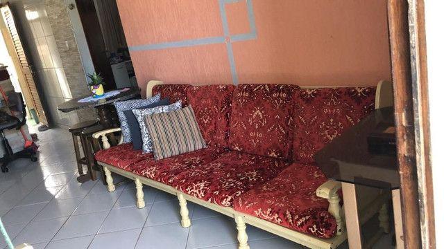 Sofá de 4 lugares e duas poltronas, muito bom e antigo - Foto 3
