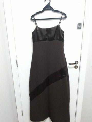 Vestido marrom de festa