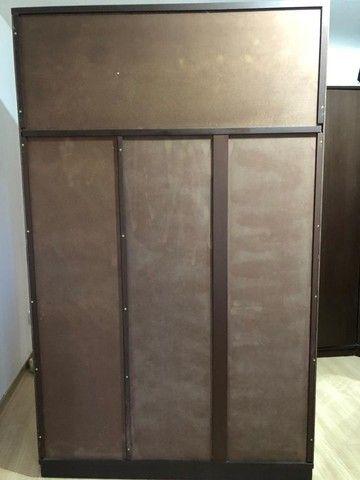 guarda roupas cor Tabaco, ótimo estado, duas portas, com maleiro, gaveteiro interno - Foto 3