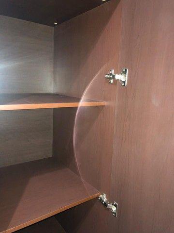 guarda roupas cor Tabaco, ótimo estado, duas portas, com maleiro, gaveteiro interno - Foto 5