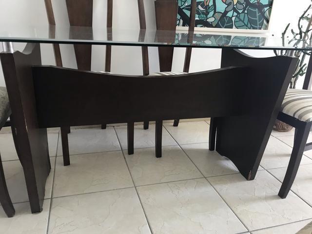 Mesa com 6 cadeiras de madeira com tampo de vidro bisotado - Foto 2