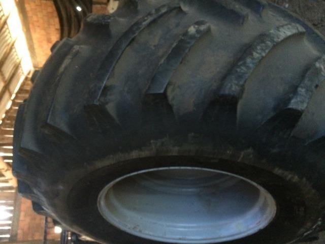 Pneu 30.5 r-32 com roda para colhedeira MF em otimo estado