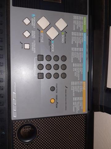 Vendo uma bateria um teclado e uma caixa amplificada