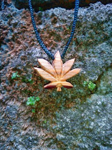 Colar esculpido em madeira folha Canabis  - Foto 2