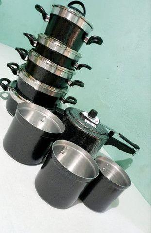 Kits de panelas e utensílios para cozinha.
