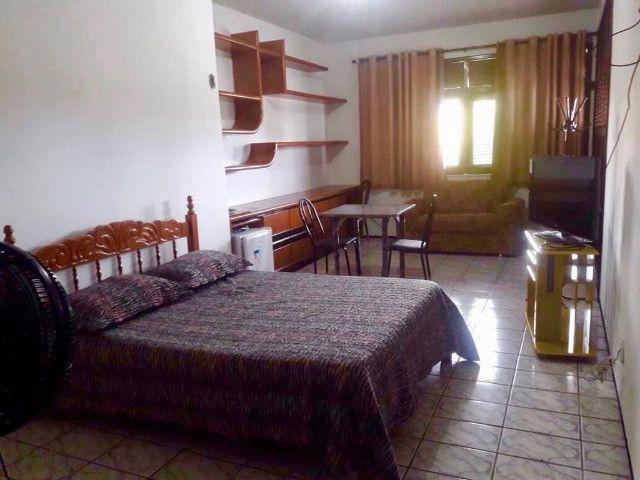Alugo suíte mobiliada em residência familiar - Foto 6