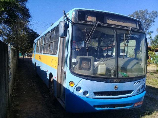 Onibus urbano escolar. Um MWM 16180 2003 e um MB 2003