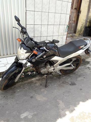 Vendo uma moto fazer 2012 por 6500 documentação em dia contato 987022348
